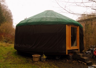 Yourte finie avec toile brune et verte sur le toit